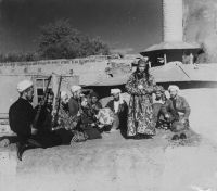 1160px-Samarkand_A_group_of_musicians_playing_for_a_bacha_dancing_boy